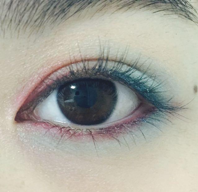 赤のラメ入りライナーで下まつ毛を埋めるように、目頭から目尻まで