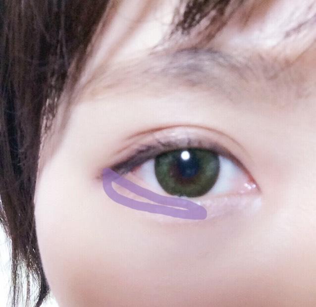 さっきのブラウンの部分に重ねて塗ります。泣いたようなウルウルeyeに見えます。