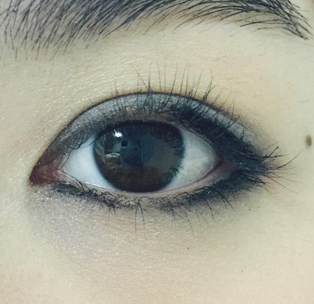 下瞼の目頭と目尻にもブラックのラインを引く