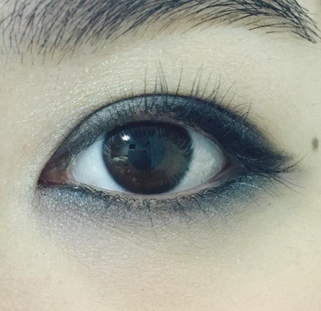 下瞼のラインを少しぼかすようにシルバー、またはグレーのシャドウ