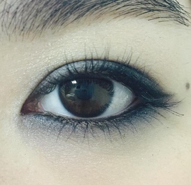下瞼の粘膜にブラックのペンシルで引く