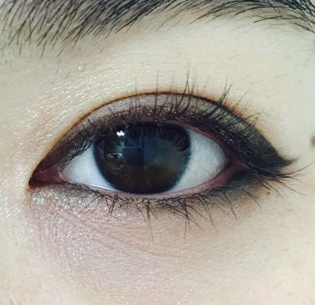下瞼の目尻と目頭にも黒のシャドウ  目頭は薄めに