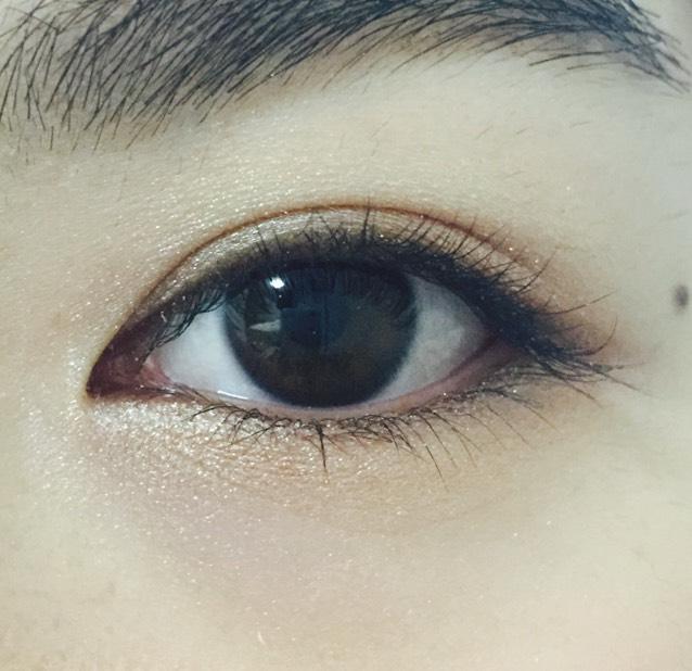 下瞼全体に薄いブラウン