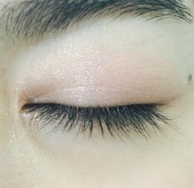 瞼全体に薄いピンク