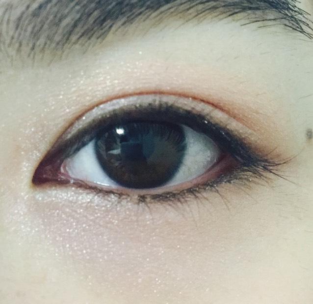 下瞼全体にも薄いピンク