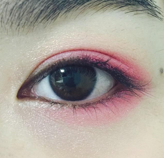目尻から黒目の下まで濃いピンク