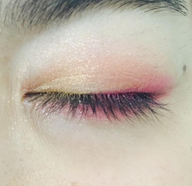 目頭からピンクに重なるようにゴールド