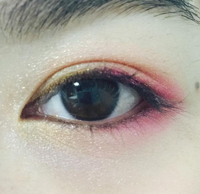 下瞼の目頭から黒目の下までピンクと重なるように