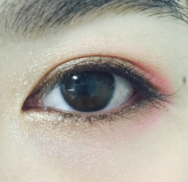下瞼も目頭から目尻までブラウンのスティックアイシャドウ