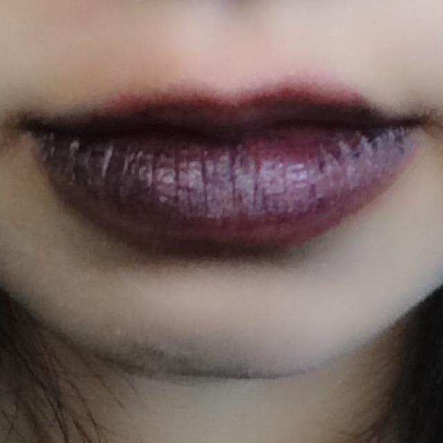 いつものようにお化粧して、透明リップと口紅(赤)を塗ったあと黒のシャドウを乗せていきます。