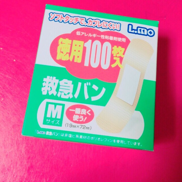 このエルモの絆創膏を使います。 他の絆創膏も色々試しましたが、今はこれしか使えないです!