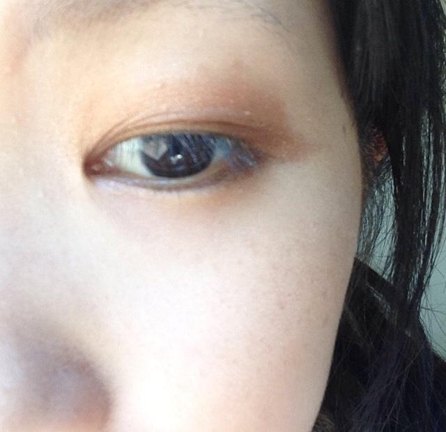 アイラインを引くように細いチップで1番濃いブラウンを上瞼の目頭から目尻までと下瞼の目尻から黒目の終わり(3分の2)までいれます