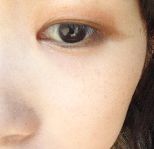 下瞼の3分の2(目頭から黒目の終わり)まで1番下のラメを塗ります
