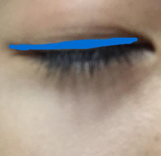 青い線のところにアイラインを細くひき黒目の上にあたるところだけ少し太めになぞり直します