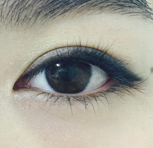 上瞼の粘膜部分にブラックのラインを引く