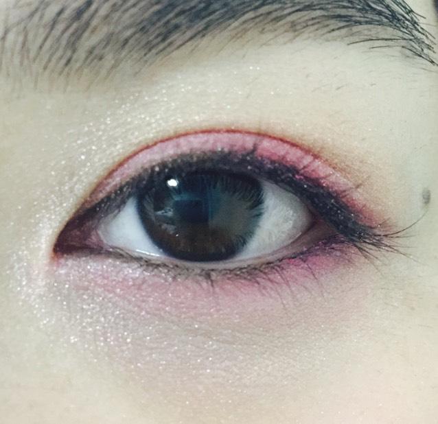 下瞼の目頭から目尻までピンク