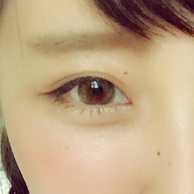 眉は元の眉の少し下にもパウダーでつくります 次にペンシルで眉先をかき、最後に眉マスカラをじぐざくにぬります