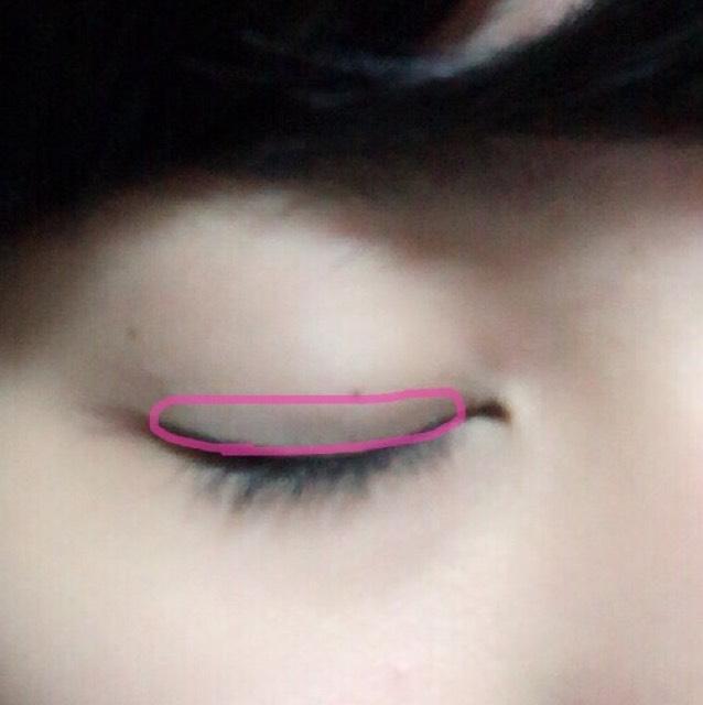 このピンクの部分ちょうど二重幅の開けて見えるところを全体に一番濃いアイシャドウを塗っていく