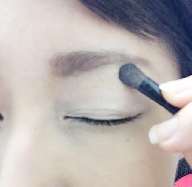 ②最初にベージュタイプのシャドーを薄く塗ります。眉毛下まで伸ばすと眉毛が立体的に見え、全体で見た時の仕上がりが良くなります。その後ゴールドを乗せます。
