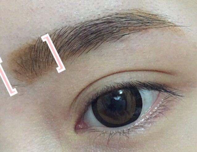 輪郭を描いたあとに塗りつぶします。  この時にかっこの部分の眉頭は薄く、点々をつけるように描きます。  眉頭をハッキリ描くと不自然かつ眉自体が主張し過ぎて顔に馴染まないと私は思います。  その後、眉全体、特に眉頭、眉毛の下にノーズシャドーを眉毛をぼかすように塗ります。