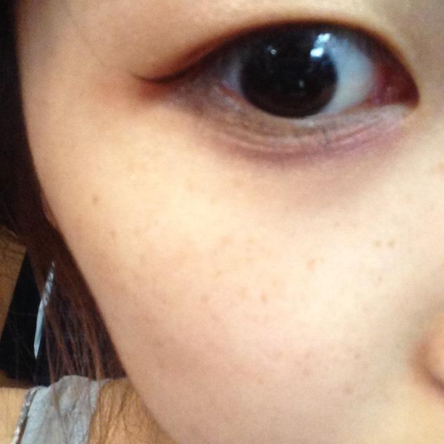 アイラインを伸ばしたラインと繋げるようにして目尻側から黒目の終わりの部分に向かって②のシャドウを塗ります