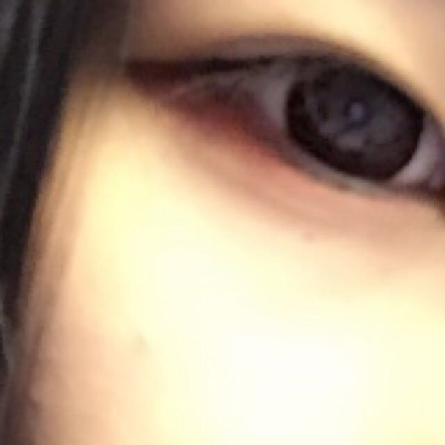 さっき引いた赤のアイシャドウの半分の長さでブラウンを重ねます。あと、目頭から黒目の下までオフホワイト?のやつで塗ります。