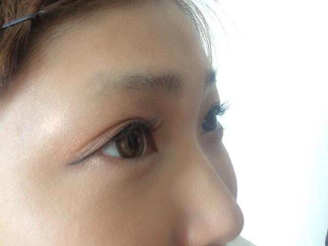 上のマスカラをしまーす! 目尻の部分は塗りにくのでマスカラを縦に入れていきましょう。 黒目の部位が長くなるように!