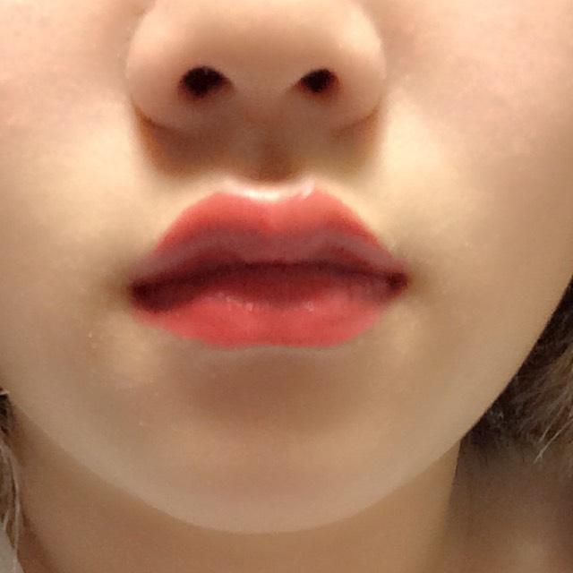 口紅はまんべんなく塗ります 赤系のが綺麗に見えます。