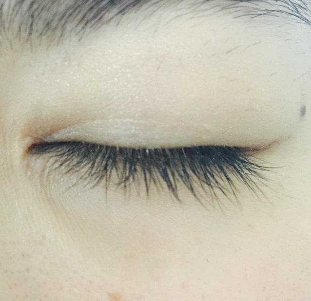 アイホール全体と下瞼全体にホワイト