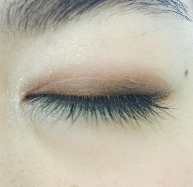 目尻から黒目の上までペンシルアイシャドウのブラウン
