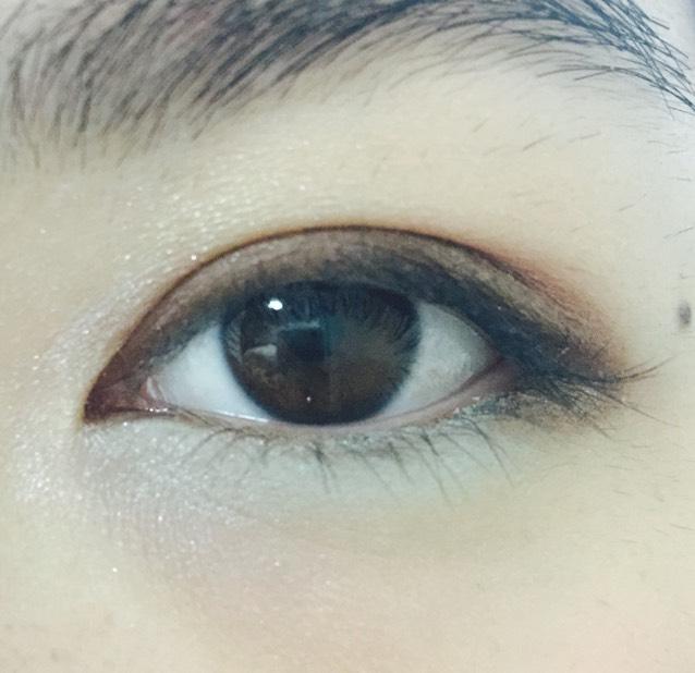 下瞼の目尻にペンシルアイシャドウのブラウン