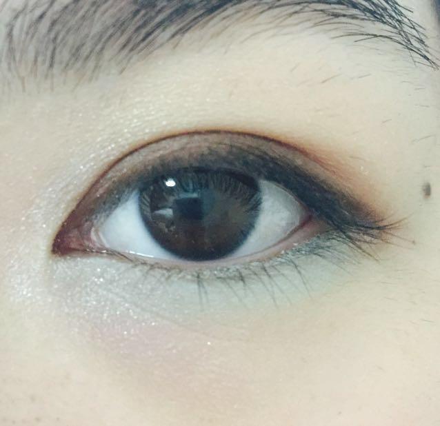 目頭にホワイト  下瞼全体に明るめのグリーン
