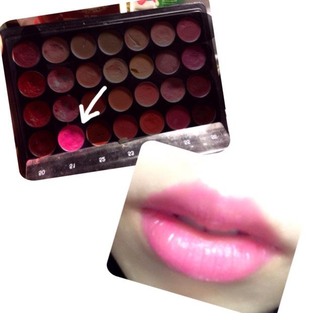 ⑨濃いピンク色の口紅を塗ります。  (どこかのメイクパレット)