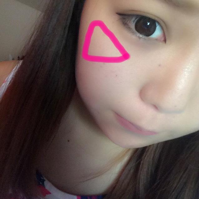 三角形になるように チークを入れる