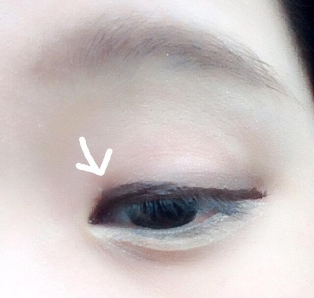 ブラウンでラインをひきます。目頭は太めに引くと、綺麗に曲線になってくれるので、いつもこんなかんじ