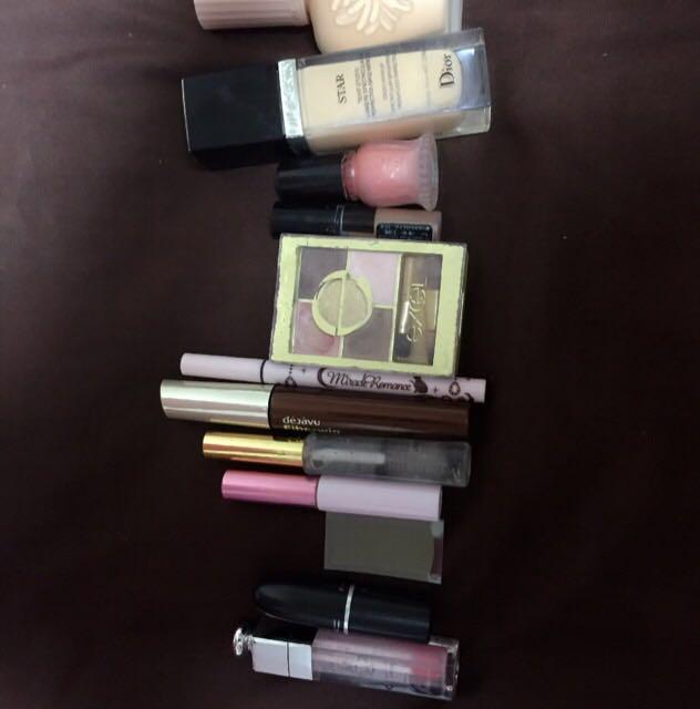 本題に戻り、使用する化粧品を紹介します。上からポール&ジョーの下地、Diorのリキッドファンデー、マジョマジョの液体チーク、KATEの眉マスカラ、エクセルのオレンジ系ブラウンシャドー、ミラクルロマンスのアイライナー(ブラウン)、デジャヴュのブラウンマスカラ、百均のクリアマスカラ、キキララコラボのつけまのり、百均の二重テープ、MACのレディーデンジャー、Diorのリップマキシマイザーです