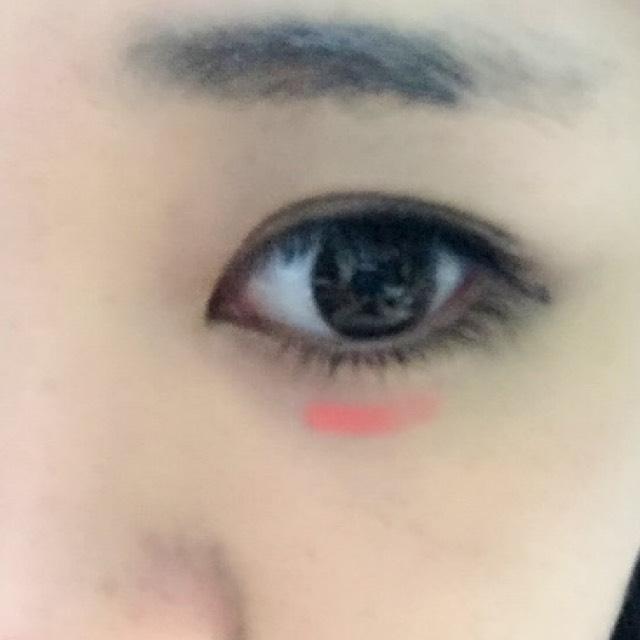 血色の良く見えるオレンジ、またはオレンジ寄りのピンクの液体チークを涙袋のすぐ下に目の形に沿って塗り、ぼかします。