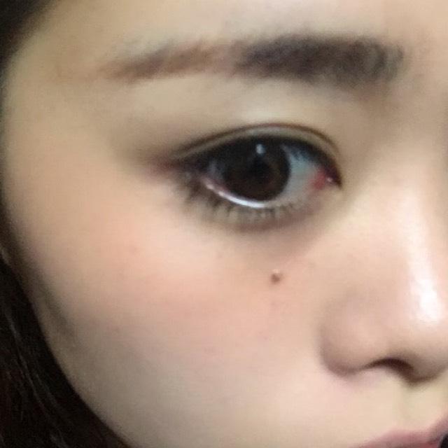 チークはこんな感じに頬骨の上にほんわり広げて完成です。眉毛はなるべく平行に、眉マスカラで色を出します。
