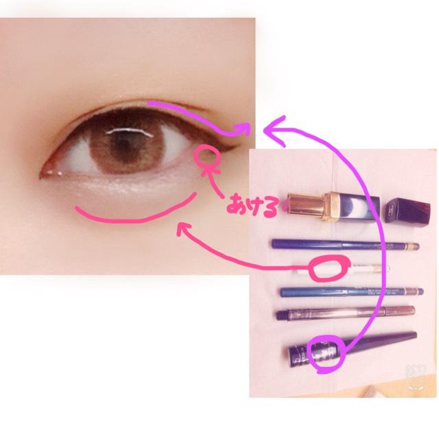 アイラインは粘膜とまつ毛の間を埋める程度で。目尻は垂らして小さく跳ねあげます 化粧が濃く見えるので目尻のキワ/二重は埋めないようにしてください 涙袋はペンシルでうっすらと引くのが鉄則です