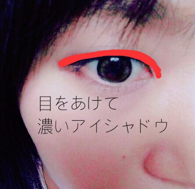 次に濃いブラウンで目を開けたまま赤の部分をぬります