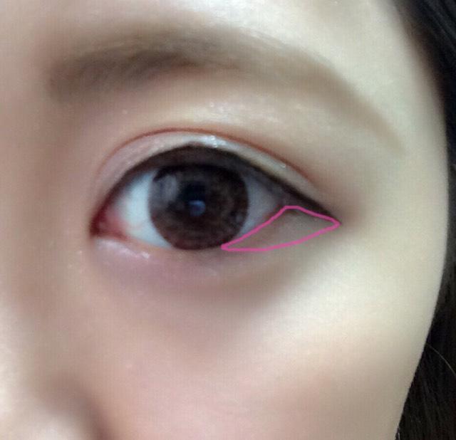 アイシャドウの1番濃い色で目尻のピンクの部分に塗る
