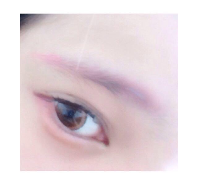 オルチャンの分類に関してはタレ目で優しい印象が大きいので 眉は垂れた感じに書くことをオススメします☺️もちろん眉もピンク色ですよ 後はノーズシャドウと チークを塗ります あとは唇作りです!