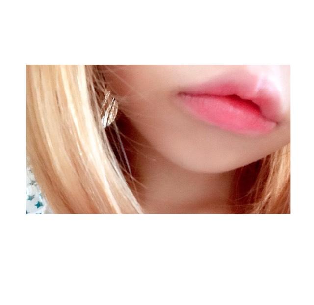 内側に口紅を塗り 筆でぼかしを入れると セクシーな唇になります