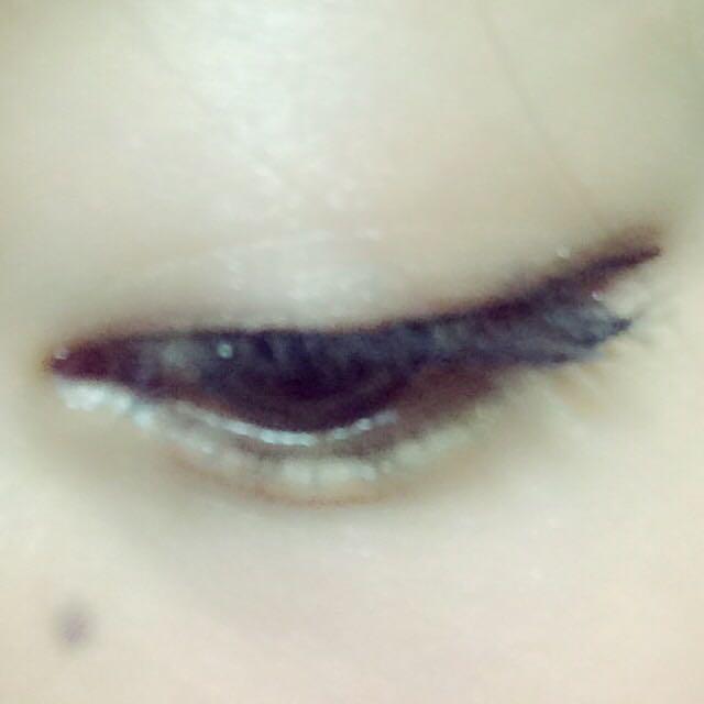 アイラインを細く、目の形に合わせて引く。  マスカラ下地、マスカラを上だけに塗る。  根本は横に揺らしながら塗って、毛先はサッサっと塗ってます。