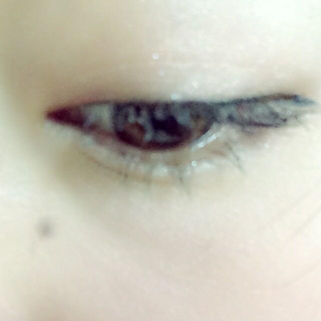 アイラインは、目頭を細く、目尻にいくにつれて太くかいていく。  目尻は長めにたれさせて引く。