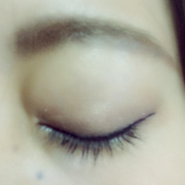眉はとりあえず太くペンシルで形をつくって、アイブロウで中をうめて、眉マスカラをぬる。   アイシャドウは、瞼全体にうすい茶色を塗って、ふたえの線の内側+目尻側3分の1をに濃い茶色を塗る。 ぼかしてグラデーションにする。