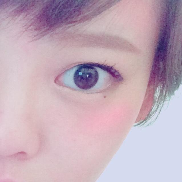 チークは赤をよく使います。 入れる位置としては頬の1番高いところ。 残った粉で顎先、眉上に入れてます。 顎先に入れると可愛らしさが増し、眉上に入れるとシェーディング効果があります。