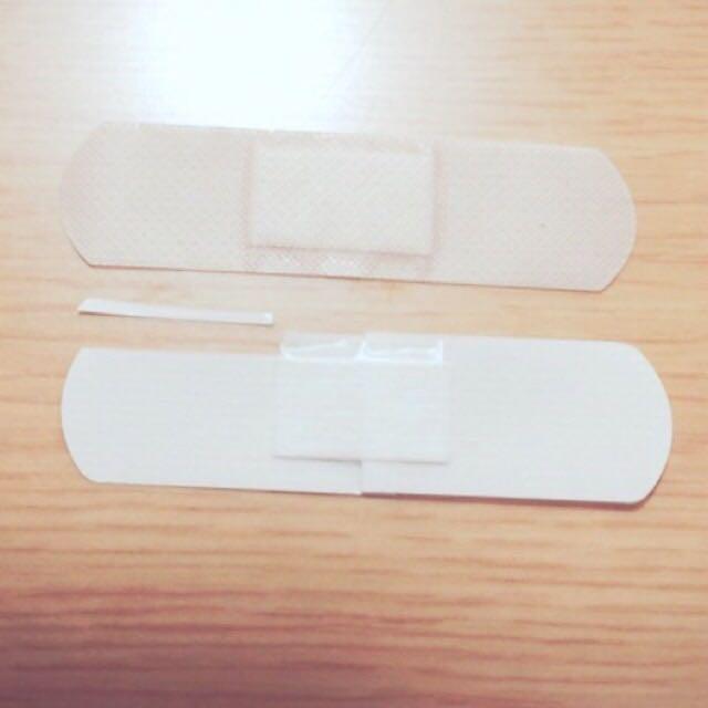 絆創膏で作る場合は絆創膏を1~2mmくらいに切ります(写真くらい  透明絆創膏より普通の絆創膏の方が伸びがいいのでより食い込ませたい方は肌色の絆創膏の方がオススメです