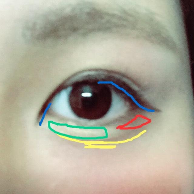 アイラインは茶色のアイラインです。全部目に引くとケバくなるので目の幅を広くするところだけぬります。
