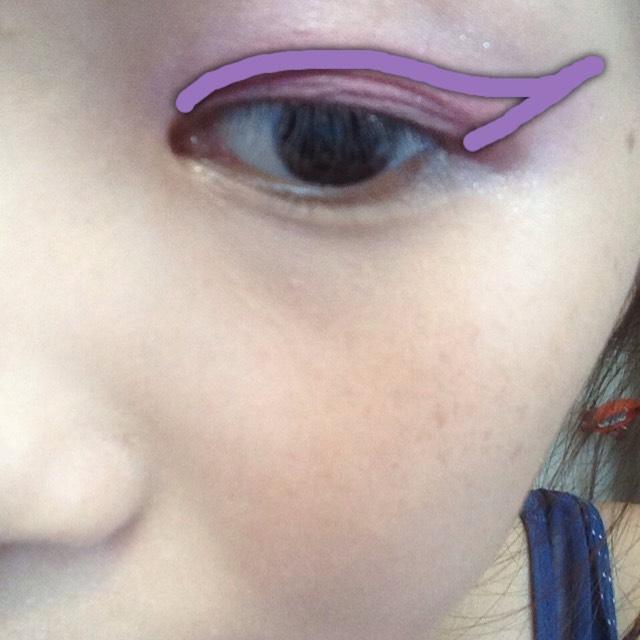 次に②をチップでアイライナーをひくようにはねあげます ②の色を目尻に強調させたかったのでチップを使います ブラシを使うともう少しやわらかめな感じになり綺麗なグラデーションができます